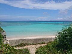 ニシ浜に到着! 駐車場からビーチへ行く途中、茂みの隙間から海が! もう、この時点で息をのむほどキレイ!  トイレの横を通り、東屋を横目に、さっそくビーチへ!