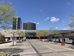 しばらくお部屋でゆっくりして、チェックアウト。   函館駅に戻ってきました。 この日はすごくいい天気。  駅2階のコインロッカーにスーツケースを預けました。 (改札ではsuica使えないのにコインロッカーではsuica使えます。)