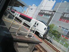 鎌倉駅。 ホームの左右の側線には相変わらず成田エクスプレスの車両が疎開中。 コロナ禍での昼間運休の影響です。 存分に働けなくてかわいそう