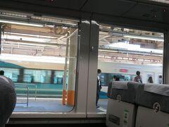 大船駅停車中。 3番線には下り特急踊り子15号伊豆急下田行きがE257系で入って来ました。 国鉄時代から活躍していた185系車両はこの3月で踊り子号からは引退し全車置き換えが完了しています。