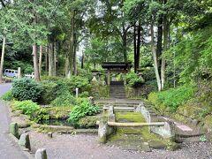 鎌倉市北鎌倉『浄智寺』エリアの写真。  写真の石橋がステキです。  奥に見える【山門】の先に駐車場があり、トイレがあります。 まあまあきれいなのであとで載せます。