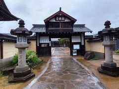 ガイドブックを見ながら白壁土蔵街に向います。 地図によると円光寺の境内から始まっているとの事でなので円光寺に向います。