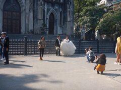 ハノイ大教会前。 結婚式を挙げたカップルが記念撮影をしていた。