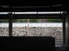 福山駅到着。 「日本一新幹線駅に近い天守」とパンフレットに記されていますが、そう言われている通り、駅のホームからもう城の石垣がすぐそばに見えてます。