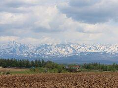 そして、日は改まって5月18日です。私の前旅行記でファーム富田の見学を終えてからの続きの内容となります。前回紹介できなかった部分です。お付き合い下さい。 ファーム富田から四季彩の丘に向けて車を移動します。どこを通っても見えるのが耕された畑と残雪の山。
