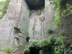 日本寺西口管理所から山道を登り続けると「百尺観音」 昭和51年5月6年の歳月を費やし完成した大観音石像。 岩肌に掘られていて見上げるほどの大きさです。