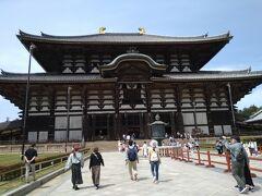 奈良の初詣のスポットとされています。東大寺は、奈良時代に聖武天皇が仏教の考えと、国を守るために建てたお寺です。当時は天然痘や飢餓、凶作が流行している時代でした。聖武天皇は自らが信じている御仏(みほとけ)をシンボルにして、日本を救っていただこうという考えから、大仏建立の発端となりました。(東大寺ホームページ参照)日本の国宝にも指定されています。
