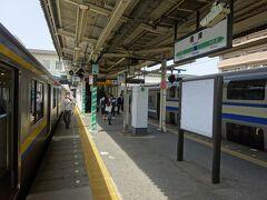 君津駅に到着。 乗ってきた電車は木更津行きだけど、となりに停まっている快速電車が先に発車なので、私を含めほとんどの乗客が乗り換えた。
