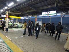 ねずみさんの夢の国の最寄りとなる舞浜駅。 いつもならここで車内の雰囲気がガラッと変わってしまうのだが、今日はそういう人が誰も乗ってこなかった。 あれ? どうしちゃったの?