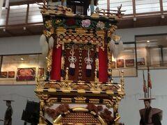 参拝の前に高山祭屋台開館を見学しました。 高山祭りで実際に使われる屋台が幾つか展示されています。