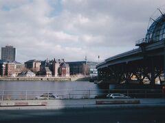 ベルリン中央駅の東側を流れる川。 シュプレー川から分かれているようです。