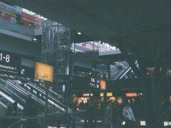 2007年3月10日昼過ぎ。 プラハ本駅からの国際列車EC176号で、開業間もないベルリン中央駅に到着。 上に上がれば東西方向の高架ホーム、下に降りれば南北方向の地下ホーム。