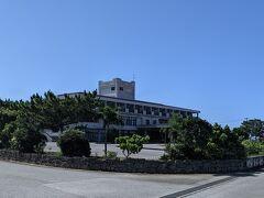 17ENDビーチから最も近い宿は、徒歩20~25分の「ホテル てぃだの郷 伊良部島」。古いホテルですが、宿泊客は自転車が借りられようなので、17ENDビーチが主目的ならここに泊まるのもありかもしれません。