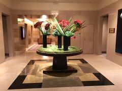 リッツへ到着。 ホテルエントランス。 先日とは違うお花です。