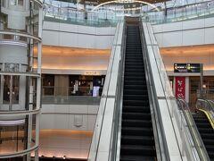 羽田空港、ガラガラです~~ お店もクローズしてる所も有り本当に静か  早く戻ると良いですね 切に願います!