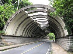 神奈川県鎌倉市北鎌倉「巨福呂坂」付近の写真。  今日は鎌倉散策の人々がほとんど居ないので、鎌倉街道沿いも スイスイ歩くことができます。
