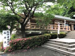 神奈川県鎌倉市『鶴岡八幡宮』の参拝休憩所付近の写真。  鳩サブレー【豊島屋】があります。