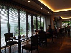 京都、箱根でのハイアット朝食はとても上質かつ美味しかった。 リージェンシー沖縄那覇はどうなのだろうか? 最終日に朝食を取るべく、2階にある「SAKURAZAKA」へ しっかりとディスタンスと対策が取られています