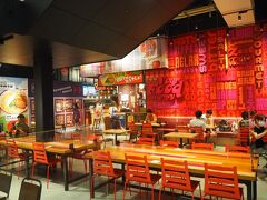 面白いのは、STREET FOODという、フードコートが1階と2階の2ヶ所にあることですね。  ここで沖縄最後の夕食としましょう