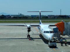 これから伊丹へ飛ぶ DHC-8-Q400 。可愛らしいプロペラ機だ。短距離ならばリージョナルジェット機よりかは早く到着することもあるほどの高性能機。