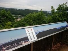 ◆「天覧山」山頂からの展望  ※雲がなかったら、写真の右端辺りに「富士山」が見られるとのこと。