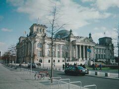ようやくドイツ連邦議会議事堂に到着。 現在はベルリン中央駅からUバーン(地下鉄)の便もありますが、この当時はまだ未開業でした。 入口の前には、議事堂と最上階のガラスドームに設けられた展望室を見学する観光客の長い列が見えます。