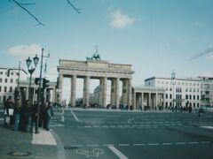 気を取り直して、連邦議会議事堂から歩いてすぐのブランデンブルク門へ。 ここなら並ばないでも見学することができます。