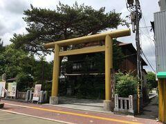 ランチを楽しんだ後は、高知城を目指します。 途中で金色の鳥居が目についたので、お参りしていきます。