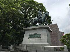 高知城に到着。 山内一豊公が騎馬している雄々しい像が迎えてくれます。