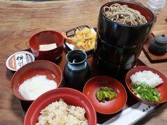 唯一開いていた「井の上」で越前そば三味をいただきます。 天ぷらそば、おろしそば、とろろそばに 炊込み御飯、ごまどうふが付いてきます。 えびの天ぷらがプリプリで美味♪