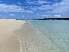 前浜ビーチに移動。お気に入りの場所でパラソルを確保したら、波打ち際を散歩。