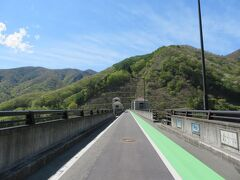 一方通行の道路の最後はこちらダムの上の道路です まずは徒歩で