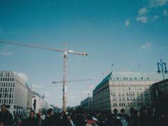ブランデンブルク門の東側のビル群。 右は高級ホテルの「アドロン」、現在の建物は1990年代に再建されたものだそうです。