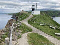 あっという間に灯台に到着。 少しの勾配があり、5月末の曇りの日でもうっすら汗ばむほど。