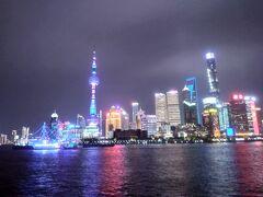 黄浦江の向うに浦東の夜景が見えました。