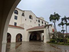 スーパーを後にして、ホテル日航アリビラへ。 この頃には小雨になっていました。 チェックインを済ませて部屋へ向かいます。
