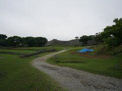 入場チケットを購入して今帰仁城跡へ向かいます。 入場料は1人500円。 小雨が降っていることもあり観光客は他に見当たりません。