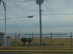 普通列車に乗って東へ向かっています。夏の須磨海岸なのにコロナの影響なのか人がいません。