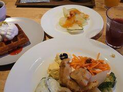 朝食は、こんな感じ。 和食、洋食、山梨の郷土料理がありました。