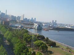 横浜港大桟橋、赤レンガ倉庫、みなとみらい方向