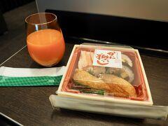 出発は8時半なので、それまでに軽く朝食を済ませてしまおう! 空弁工房で買った助六寿司を野菜ジュースとともにANAラウンジでパクパクと。