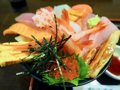 やはり海の幸を食べなくちゃ!ということで、海鮮丼を! 分厚く切った魚介がこれでもかと。 ご飯の量が意外と少ないので、ペロリと食べてしまいました(笑)