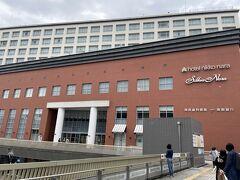 まずはホテルへ。 今回のお宿はJR奈良駅直結のホテル日航奈良です。 レンガ色の建物がレトロで素敵。  初めは奈良ホテルを予約していたのですが、るなさんがスイートルーム1室22000円のスペシャルオファーを見つけてくれたので、スイートルームに惹かれて変更(笑)