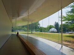 ではでは、美術館内部へ。 無料で入れる交流ゾーンの長いベンチ。