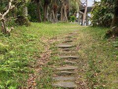 先に見える階段が名古の展望台。