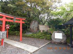 """出かけるために駐車場に出てきたら、ホテル内に""""殿湯神社""""があり、「温泉の神様」が祀ってありました!! 鳥居の横には若山牧水の歌碑が・・・ """"見おろせば霧島山のやますその野辺の廣きになびく朝雲"""" 牧水が九州各地を旅した際に、この地を訪れて投宿したようです・・・"""