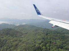 これから行くしまなみ海道がよく見えるかなと思ったのですが、なにやら曇が多くイマイチな視界・・・午後から晴れてくれるといいなあ。  ともかく、初めての広島空港に着陸です。 意外かもしれませんが新幹線派なので、これまで西に向かうときには広島までなら新幹線を選択してきました。 広島空港の位置取りが不便なことも理由の1つではありましたが、今回は特典利用なのでいくら新幹線が好きといっても無料に勝てるはずもなくw