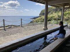 藍ヶ絵港にある足湯「中之郷温泉 足湯きらめき」。なんと無料! 大海原を望みながら、楽しめます。