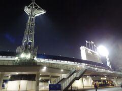 = 横浜スタジアム = 老朽化した横浜公園平和球場の跡地に昭和53年3月竣工。 セリーグの横浜DeNAベイスターズの本拠地です。  今日は、横浜Devsオリックスのナイター試合が行われています。 結果は、De.5-オ.14でボロ負けでした。