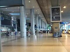 ホーチミンのタンニャット空港です。 朝早いのでほとんど人がいません。